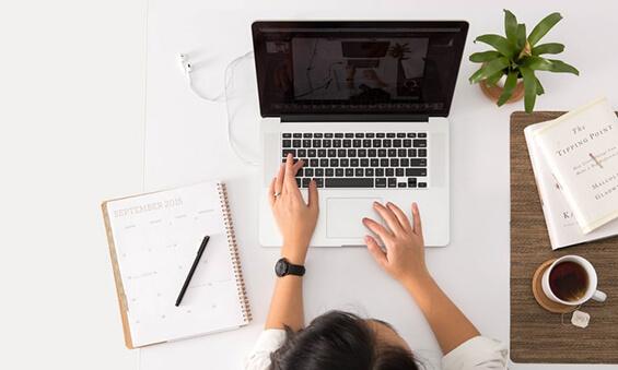 リスティング広告を設定する人とパソコン